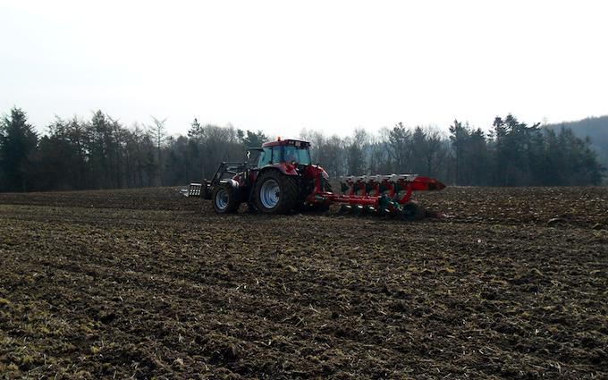 Vinkel landbrugs- og entreprenørforretning med Plov ved Viborg
