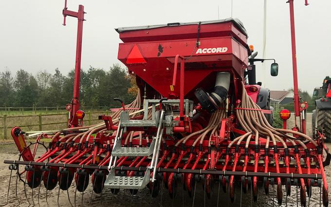 M.s.entreprenør & landbrugsservice  med Såmaskine ved Fredericia