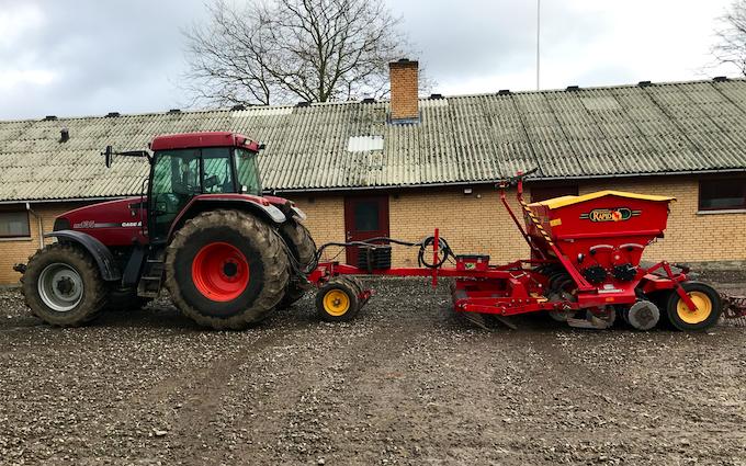Tylsbjerggaard markservice v. ib arpe med Såmaskine ved Ringsted
