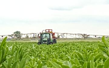 J & a woodroffe farms ltd with Trailed sprayer at Speechley Drove