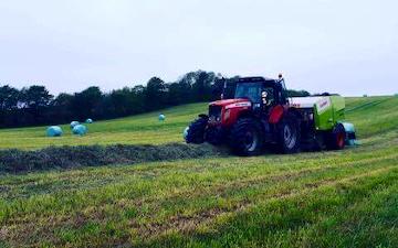 Hjortlund landbrug & maskinstation med Wrapballepresser ved Grindsted