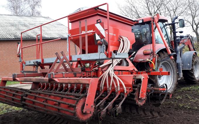 Aakerhjelms landbrugs services med Enkornssåmaskine ved Hejnsvig