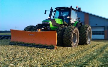 Skårupgård maskinstation med Traktor til stakkørsel ved Hobro