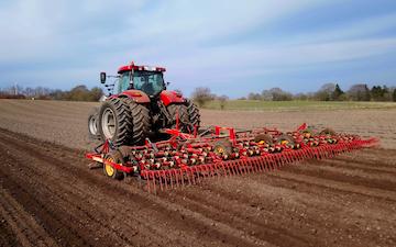 Vinkel landbrugs- og entreprenørforretning med Præcisionsharve ved Viborg