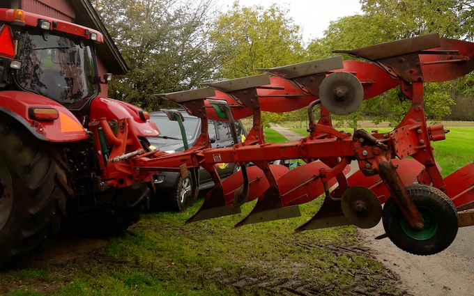 Aakerhjelms landbrugs services med Plov ved Hejnsvig