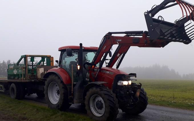 Aakerhjelms landbrugs services med Traktor med frontlæsser ved Hejnsvig
