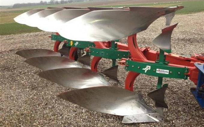 Landbrugsservice v/ thomas pinstrup med Plov ved Hollensted