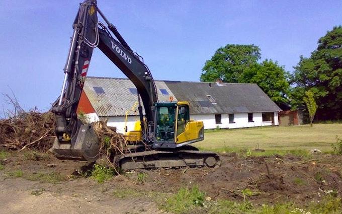 Risgårdens maskinstation med Gravemaskine ved Skals
