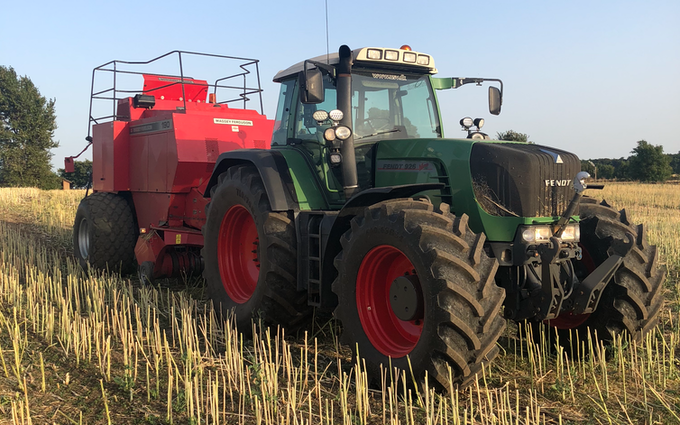M.s.entreprenør & landbrugsservice  med Bigballepresser ved Fredericia