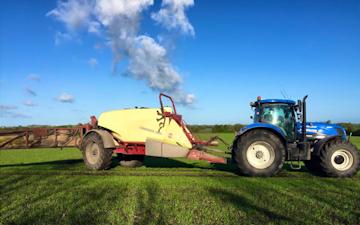 Mariesminde landbrug med Trailersprøjte ved Roslev