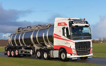 Thyholm vognmandsforretning a/s med Trailer ved Thyholm