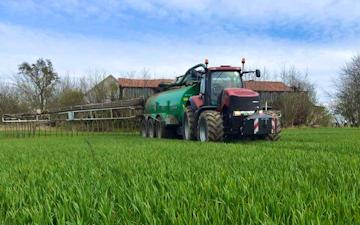 Vinkel landbrugs- og entreprenørforretning med Gyllevogn med slangebom ved Viborg