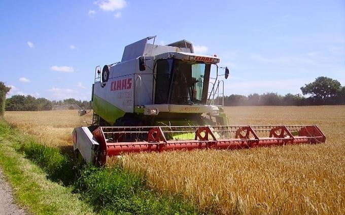 Kærsminde landbrug og maskinstation med Mejetærskning ved Assens