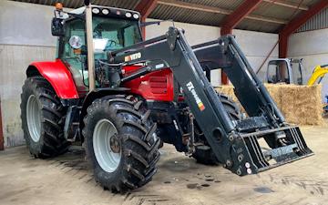 Fredborg v/kasper gårdboe  med Traktor med frontlæsser ved Sindal