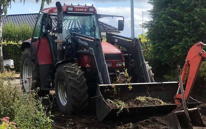 Kristensen byg &entreprenør  med Traktor med frontlæsser ved Agerbæk