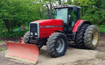 Dommerborg maskinstation med Traktor til stakkørsel ved Vrå